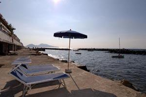 Private discent to the sea with sun beds and sun umbrella