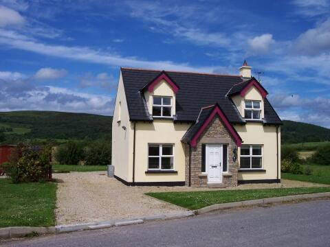 Coís Farraige Cottage Rathmullan: superb 4 bedroom luxury holiday cottage in very popular location - only 10 yds from golden sandy beach!. Rathmullan village with its shops, pubs and restaurants is only a 10 min walk away. The cottage makes an ideal venue for your family holiday in Donegal