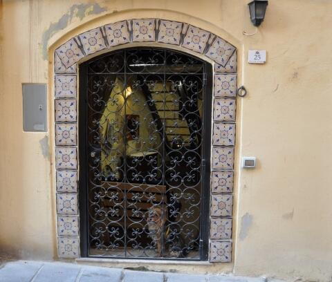 Casa Riggiola..vecchie mattonelle (riggiole) sulla porta d'ingresso