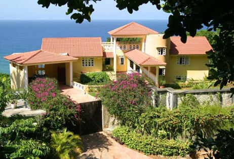 This comfortable villa is set right on the cliffs with ocean  front in Cabrera