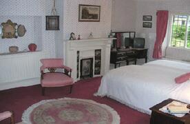 Elizabethan twin en-suite