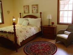 Queen guestroom with 4 poster bed