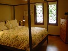 Queen guestroom with Shaker bed