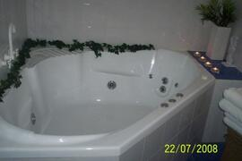 Luxury 11 jet spa bath in Cairns holiday house