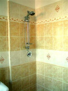 CONFORTABLE SHOWER, THE BEST AFTER A LONG DAY VISITING ROME