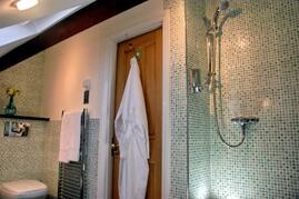 En suite to upper bedroom
