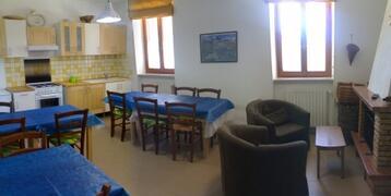 breakfast room whit fireplace