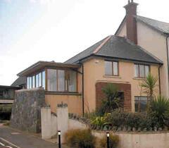 Spacious house 2 mins beach