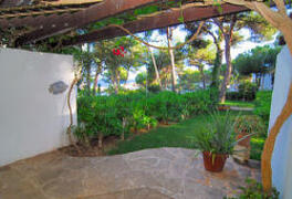the garden of the apartment with sea view