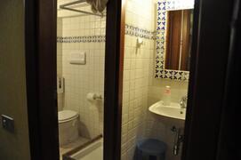 il bagno decorato con mattonelle dipinte a mano