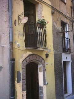 porta d'ingresso e balconcino al primo piano