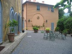 The villa called SCUDERIE (pink house) and on the left of the photo you see a wall of the second villa called VILLINO