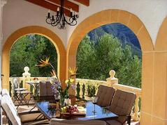 beautiful eating area with stunning views of the mountain