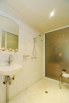 Bright & beautiful large bathroom