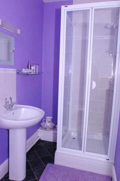En suite sgower room