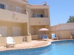 Apartamento Azul seen across the pool
