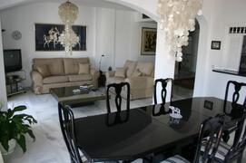 Spacious sunny lounge